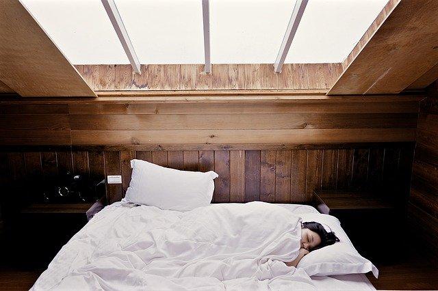 spánek pod oknem