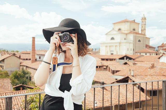 turistka s foťákem